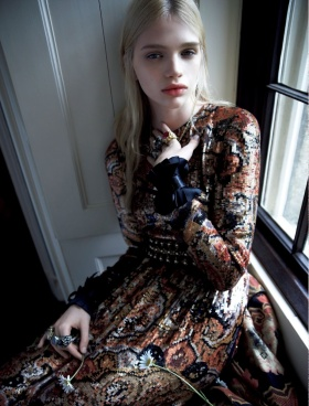 日本版《Vogue》十二月刊时尚大片   摄影 Camilla Akrans