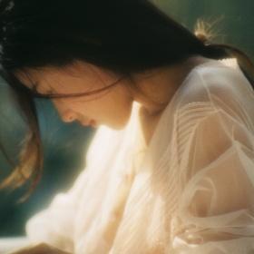 三月的下午, 玻璃屋和阳光吻过的少女