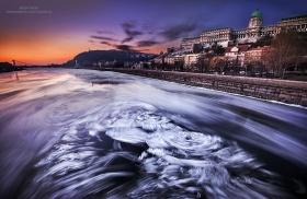 布达佩斯,冰冻的多瑙河    摄影师Tamás Rizsavi