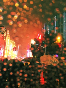 雨夜、街头和伞