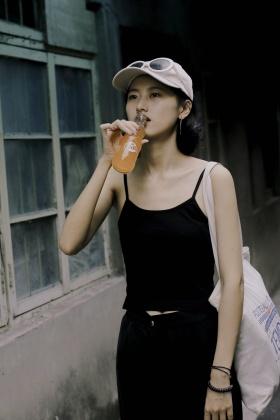 街 边 女 孩 /
