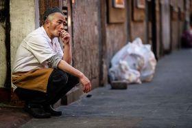 伦敦唐人街,工作间隙时抽烟厨师 | Jan Enkelmann 