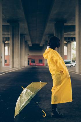 夏雨停车场,明黄小雨衣