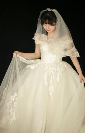 婀娜少女正芳华,流云着上试婚纱