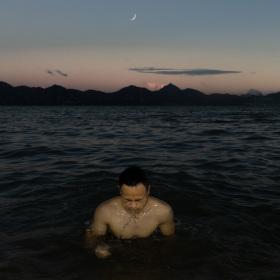 在海里游泳