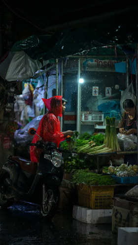 清迈,雨天的菜市场   Ashraful Arefin 