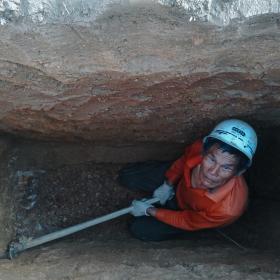 挖地锚坑的工人